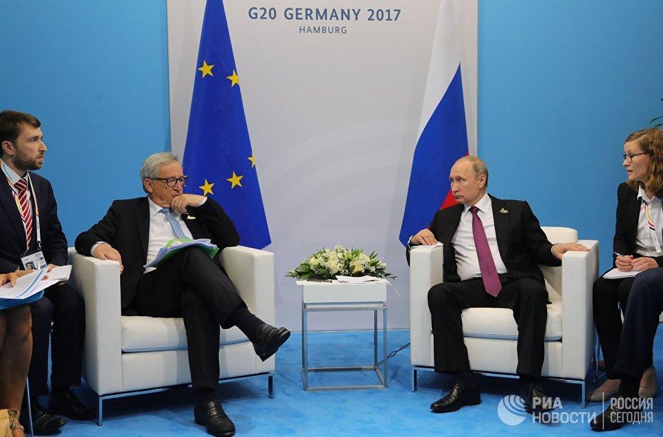 Президент РФ Владимир Путин и председатель Европейской комиссии Жан-Клод Юнкер во время беседы на полях саммита лидеров Группы двадцати G20 в Гамбурге. 8 июля 2017