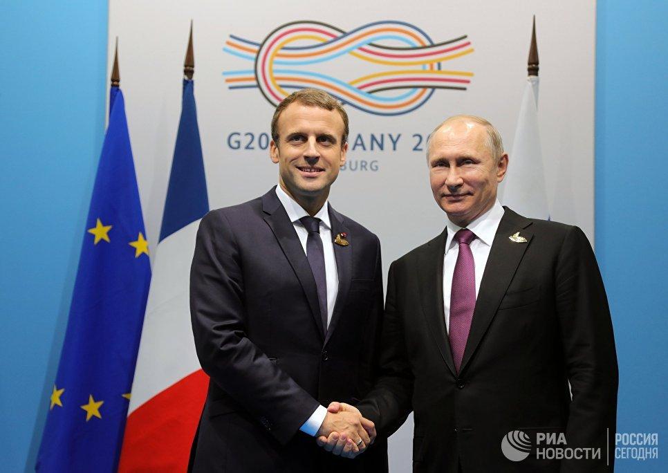 Президент РФ Владимир Путин и президент Франции Эммануэль Макрон во время беседы на полях саммита лидеров Группы двадцати G20 в Гамбурге. 8 июля 2017
