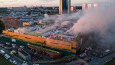 Сотрудники противопожарной службы во время тушения пожара в здании торгового центра РИО на Дмитровском шоссе в Москве