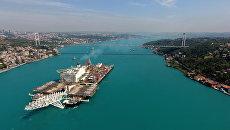 Судно-трубоукладчик Pioneering Spirit проходит пролив Босфор для начала работ по строительству морского газопровода Турецкий поток. Архивное фото