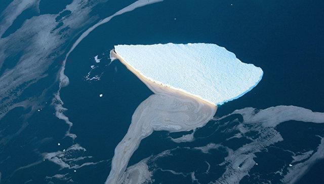 Айсберг в море Лазарева у берегов Антарктиды. Архивное фото