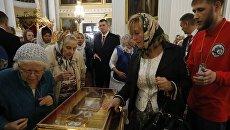 Верующие у ковчега с мощами святителя Николая Чудотворца в Свято-Троицком соборе Александро-Невской лавры