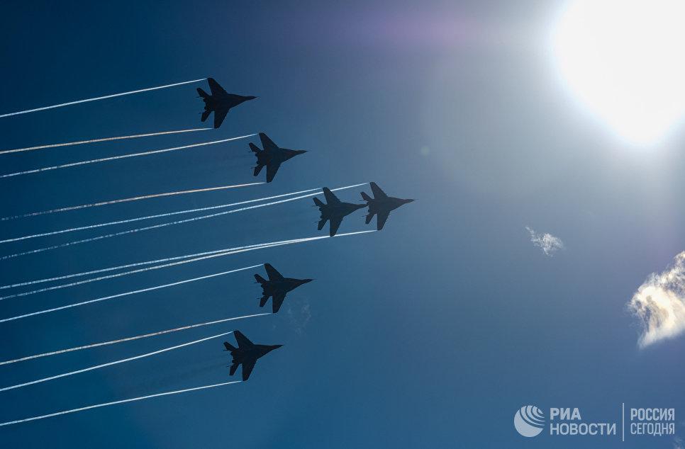 Многоцелевые истребители МиГ-29 пилотажной группы Стрижи выполняют демонстрационный полет на праздновании 105-летия ВКС РФ в Санкт-Петербурге