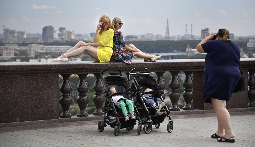 Девушки фотографируются на смотровой площадке на Воробьевых горах в Москве