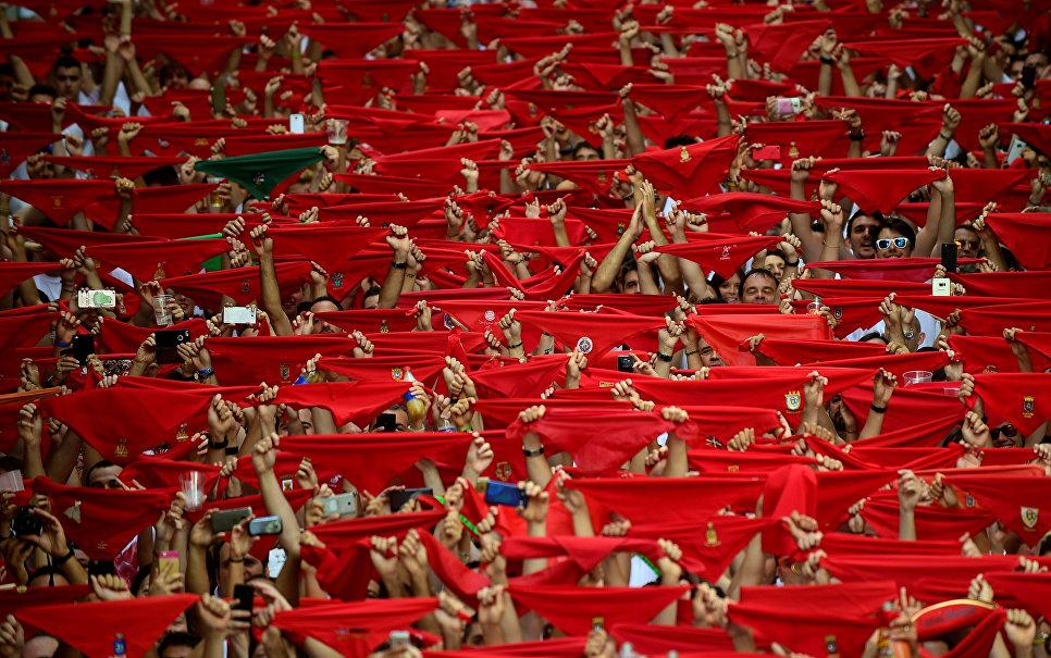Участники фестиваля Сен-Фермин в Памплоне с красными платками