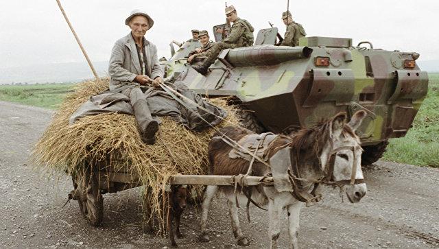 Житель Северной Осетии на дороге, патрулируемой бойцами. 1993 год
