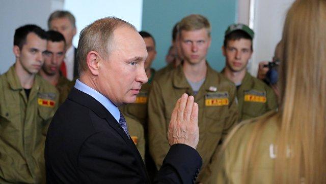 Президент РФ Владимир Путин во время встречи с участниками студенческого стройотряда в Белгородской области. 14 июля 2017