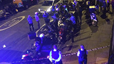 Сотрудники полиции на месте нападения с применением кислоты в Лондоне, Великобритания. Архивное фото