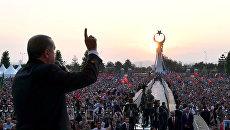 Президент Турции Тайип Эрдоган во время обращения к своим сторонникам на фоне памятника жертвам попытки военного переворота. 16 июля 2017
