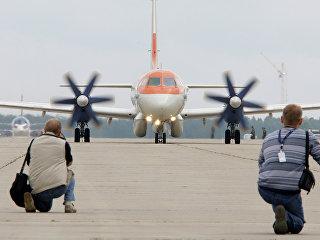 Фотокорреспонденты снимают тренировочный полет пассажирского самолета Ил-114. Архивное фото