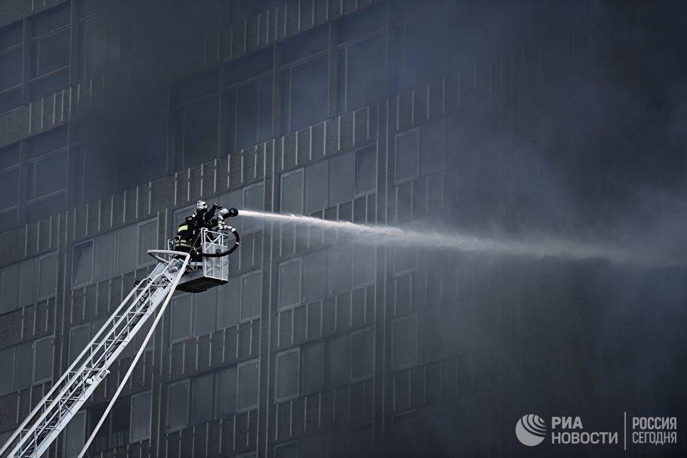 Сотрудники противопожарной службы на тушении возгорания в высотном здании на улице Новый Арбат в Москве. 18 июля 2017