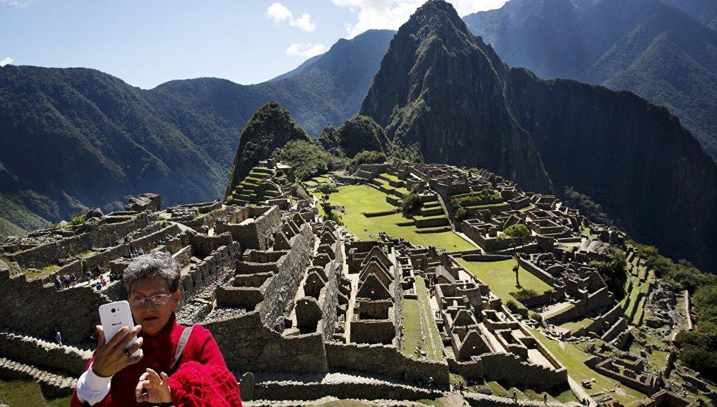 Женщина делает сэлфи в Мачу-Пикчу, Перу. Архивное фото