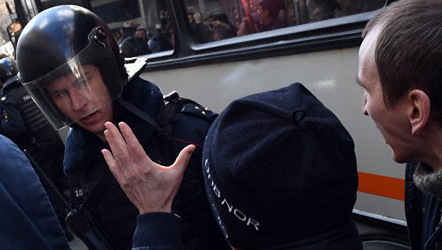 Сотрудник полиции и участники несанкционированной акции на Триумфальной площади в Москве. 26 марта 2017