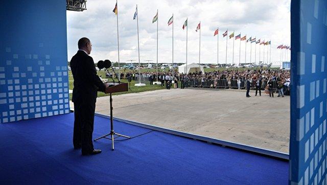 Владимир Путин выступает на церемонии открытия XIII Международного авиационно-космического салона МАКС-2017. 18 июля 2017