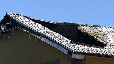 Крыша здания, поврежденная в результате обстрела, в Донецке. Архивное фото