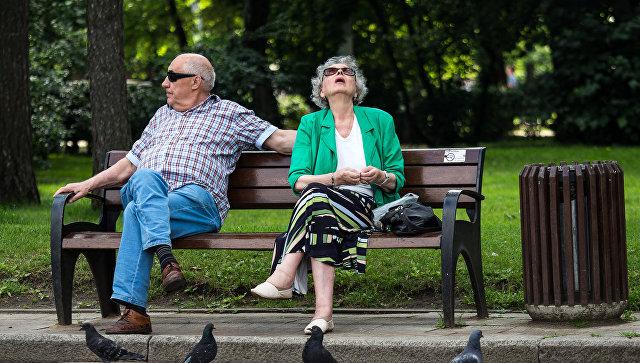 Пенсионеры в парке Сокольники. Архивное фото