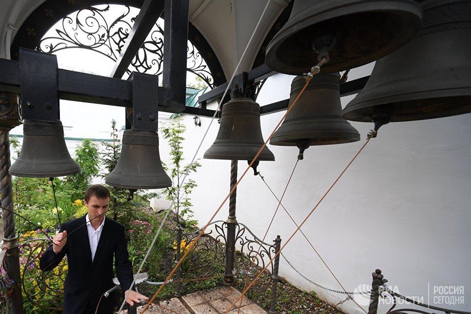 Звонарь во время праздника явления Казанской иконы Божией матери в Казани