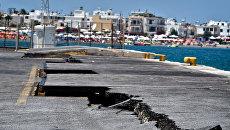 Последствия землетрясения в порту острова Кос в Греции