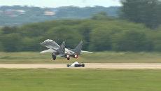 Гоночный болид Формулы 1 vs МиГ-29: Фестиваль скорости на МАКС-2017