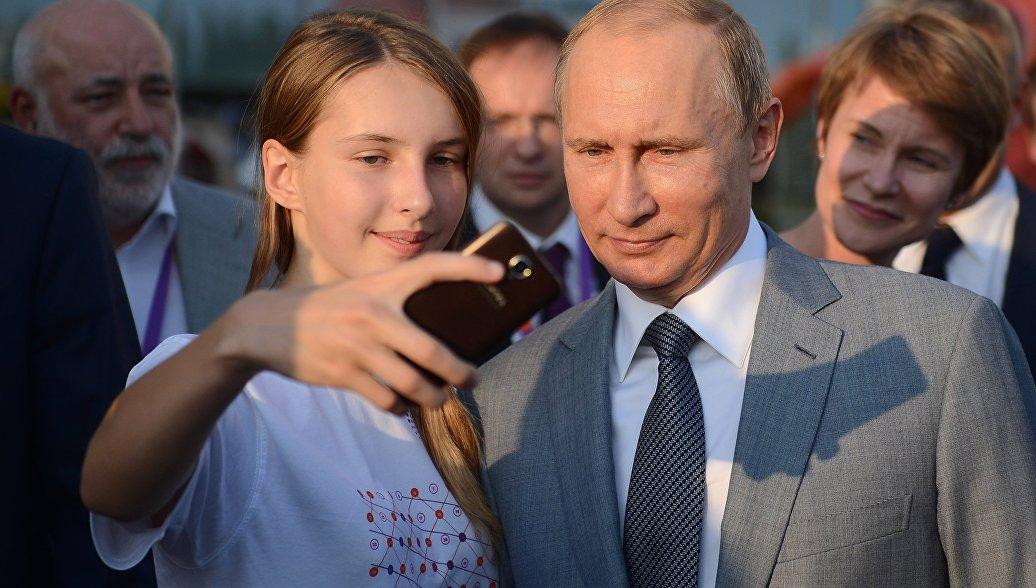Путин рассказал что дипломная работа до сих пор ему помогает  Президент РФ Владимир Путин во время посещения образовательного центра Сириус в Сочи в котором проходят