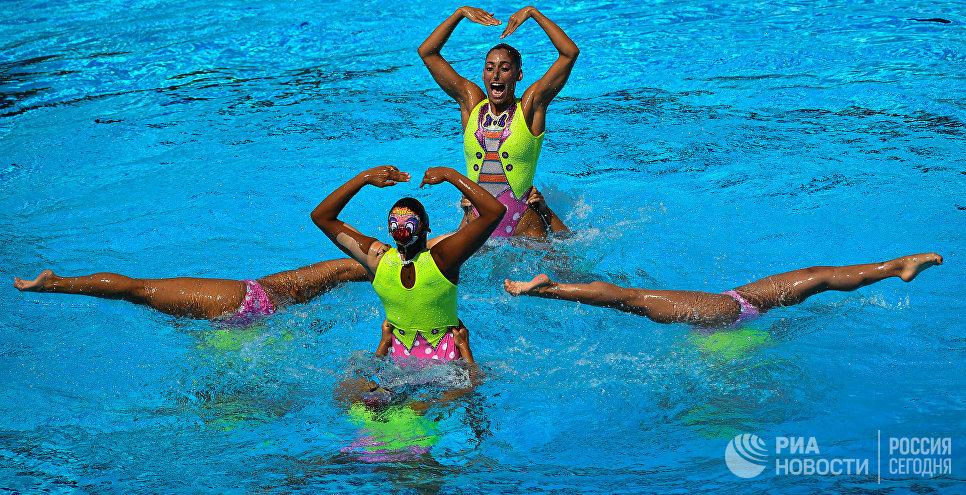 Спортсменки сборной Мексики выступают с произвольной программой в финальных соревнованиях по синхронному плаванию среди групп на чемпионате мира FINA 2017