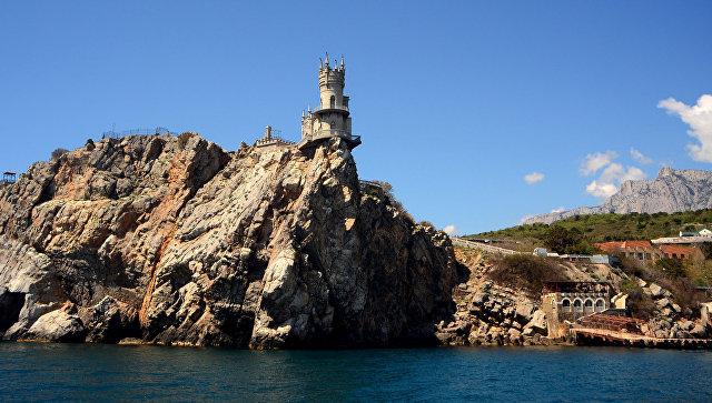 Главной достопримечательностью санатория Жемчужина Крыма является дворец-замок Ласточкино гнездо - архитектурный памятник истории, построенный в 1912 году