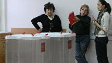 Наблюдатели на выборах в Москве. Архивное фото