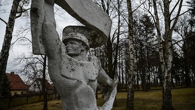 На интернациональном военном кладбище в польском Ольштыне, где похоронены советские и польские солдаты, а также французские летчики эскадрильи Нормандии Неман, погибшие в годы Второй мировой войны