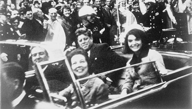 Джон и Жаклин Кеннеди на заднем сидении президентского лимузина. Архивное фото