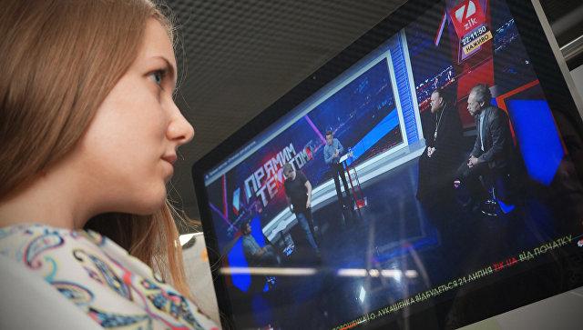 Девушка смотрит ток-шоу Прямым текстом на телеканале ZIK