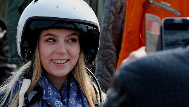 Девушка фотографируется в летном шлеме. Архивное фото