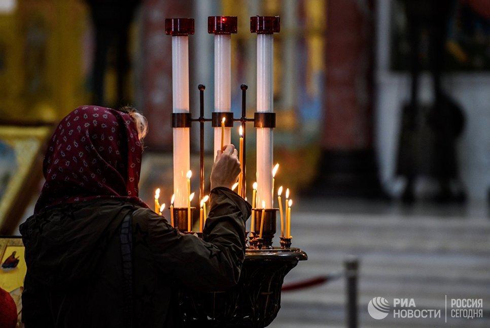 Свечи верующих в Морском Никольском соборе в Кронштадте