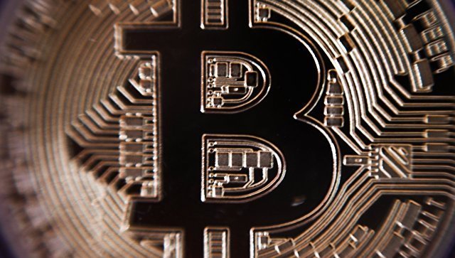 Монета криптовалюты биткойн. Архивное фото