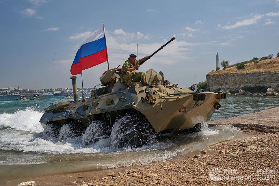 БТР 82А форсируют водную преграду во время генеральной репетиции парада кораблей ко Дню ВМФ в Севастополе
