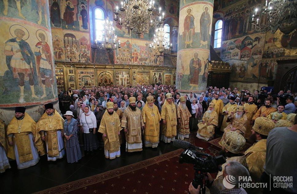 Богослужение в Успенском соборе Московского Кремля в День крещения Руси