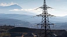 Линии электропередач на фоне горы Чатыр-Даг в окрестностях села Малиновка в Крыму
