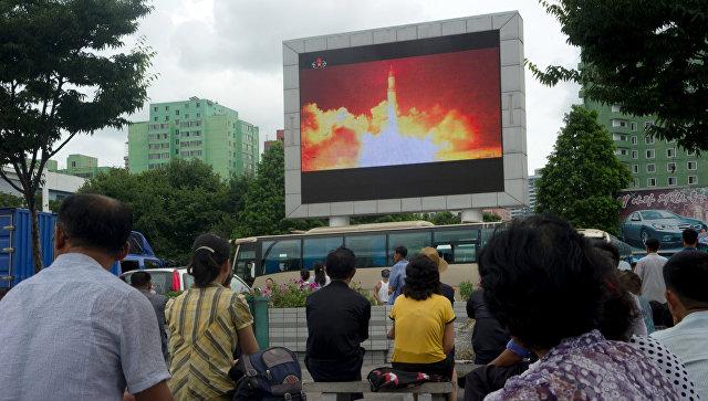 Трансляция новостей о втором запуске баллистической ракеты КНДР в Сеуле. 29 июля 2017. Архивное фото