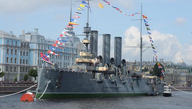 Крейсер Аврора у набережной Невы. Архивное фото
