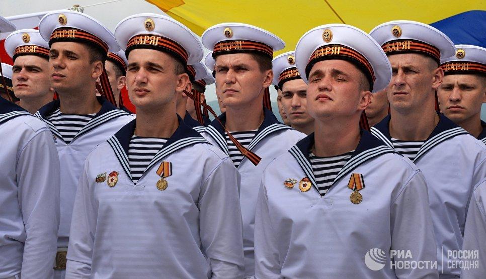 Военные моряки гвардейского ракетного крейсера Варяг во время парада кораблей, посвященного Дню Военно-морского флота России, во Владивостоке. 30 июля 2017