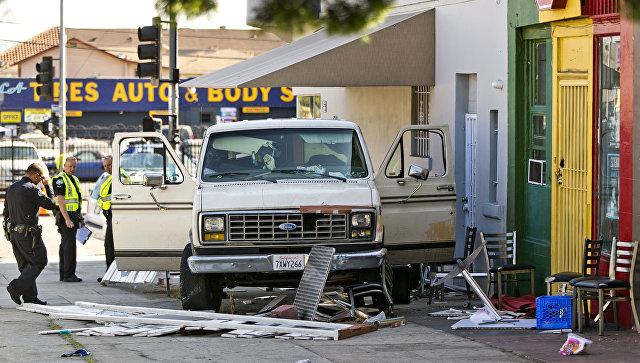 В Лос-Анджелесе автомобиль въехал в толпу людей