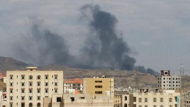Дым над столицей Йемена Саной. Архивное фото