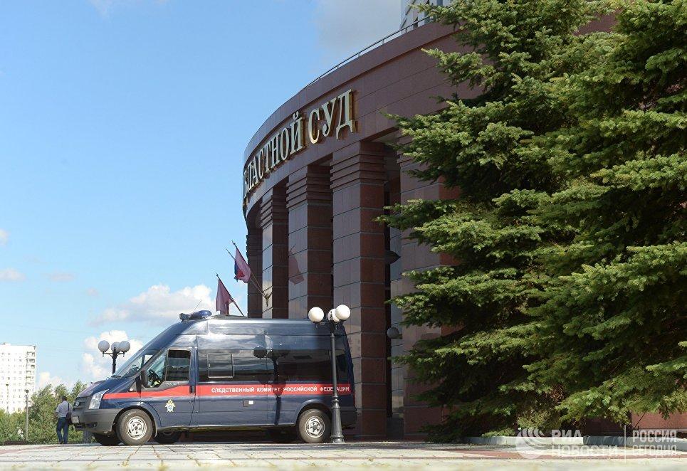 Автомобиль Следственного комитета у здания Московского областного суда, в котором произошла перестрелка. 1 августа 2017