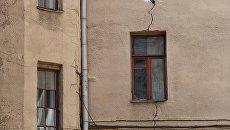 Трещина в стене четырехэтажного жилого дома в Панфиловском переулке в Москве, включенного в программу реновации. Архивное фото