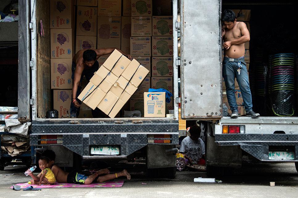 Дети отдыхают под грузовиком в Маниле