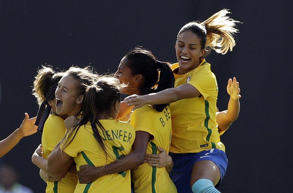 Женская сборная Бразилии по футболу радуется забитому голу в матче с США в Сан-Диего