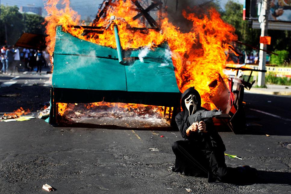 Участник марша памяти студентов, погибших в ходе акции протеста в 1975 году в Сальвадоре. 30 июля 2017