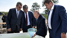 Владимир Путин принимает участие в церемонии выпуска в Байкал молоди омуля. 3 августа 2017