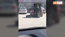 Священник перевозит в багажнике ребенка