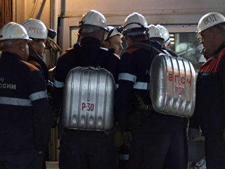 Горнорабочие рудника Мир, поднятые с помощью подъемника на поверхность. Архивное фото