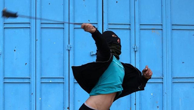 Столкновения палестинских протестующих с израильскими силами безопасности в Израиле. Архивное фото